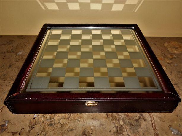 Xadrez com caixa-tabuleiro e peças em vidro