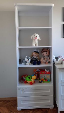 regał biały - funkcjonalny na zabawki lub książki