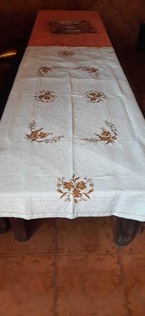 toalha de linho bordada à mão