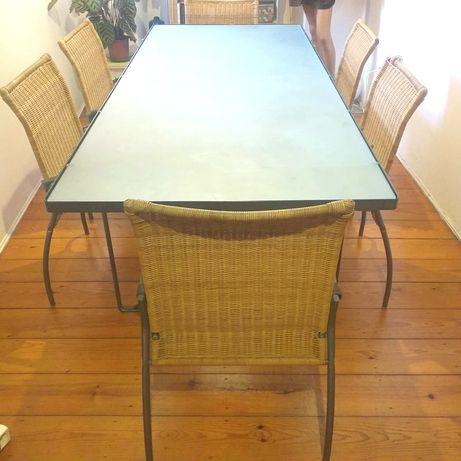 Mesa de jantar em vidro e com 6 cadeiras em verga em bom estado