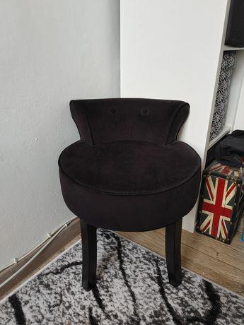 Krzesło tapicerowane do toaletki