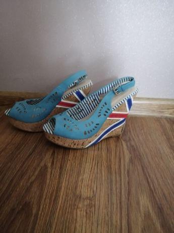 Błękitne sandały na koturnie
