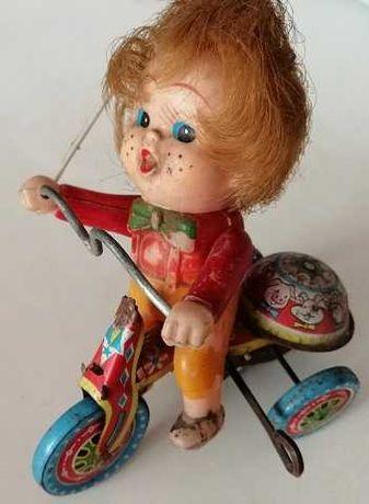 antigo brinquedo em lata e plástico – menino no triciclo de corda