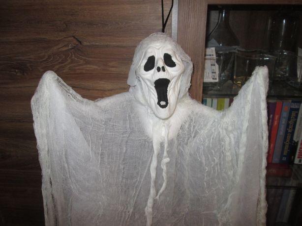 Straszny film, krzyk, strach, postać do powieszenia w oknie halloween