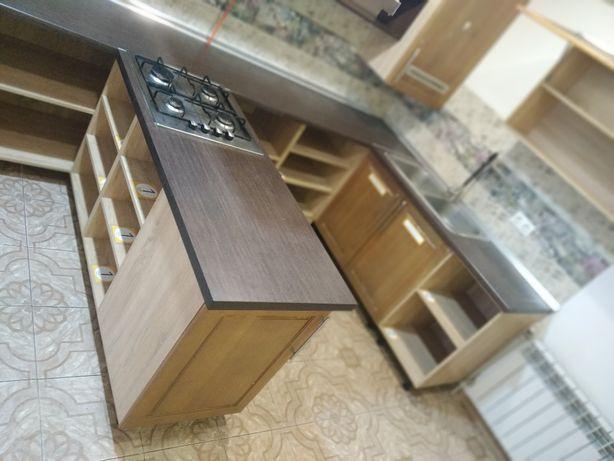 Продам кухню, нестандарного размера с мойкой и газовой плитой