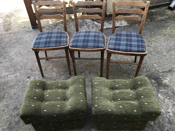 Krzesła trzy szt. Pufy dwie szt.
