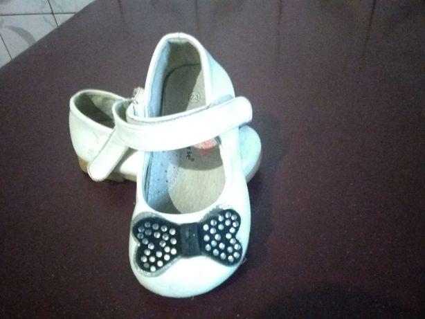 Продам детские белые туфельки и кроссовки.