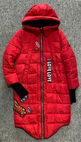 Красная длиная куртка с нашивками