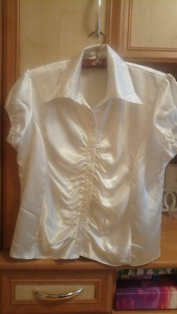 Biała bluzka zapinana na guziki z kołnierzykiem w rozmiarze L/XL