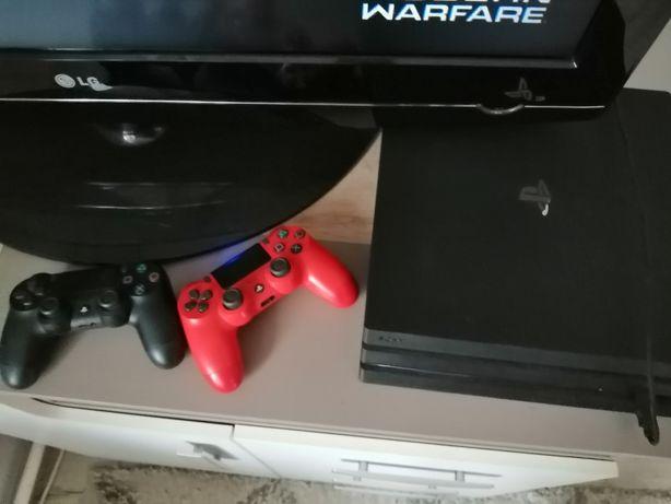 PlayStation 4 Pro 1TB + 2 pady + 3 gry na płycie