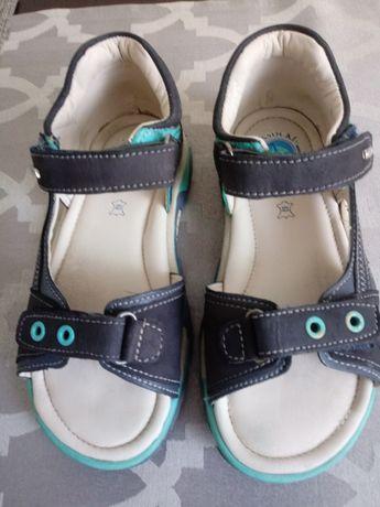 Sandałki skórzane Lasocki.