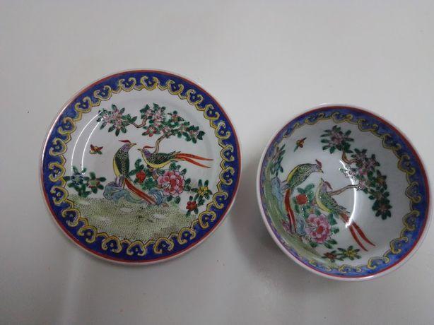 Prato e taça orientais, antigas, com motivos florais e aves.