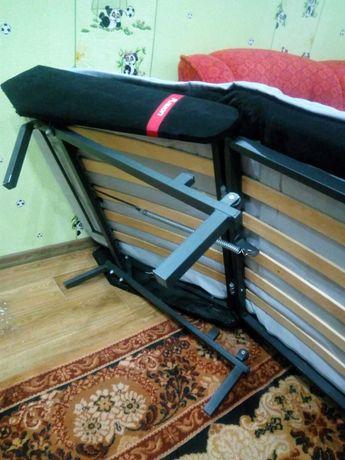 Кресло-кровать: светло- сиреневого цвета.