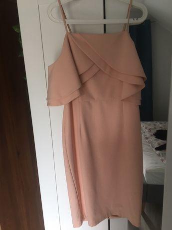 Sukienka z odkrytymi ranionami
