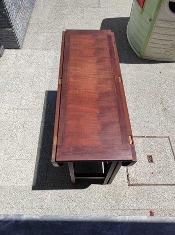 Mesa oval em madeira castanha, dobrável, para 6 pessoas