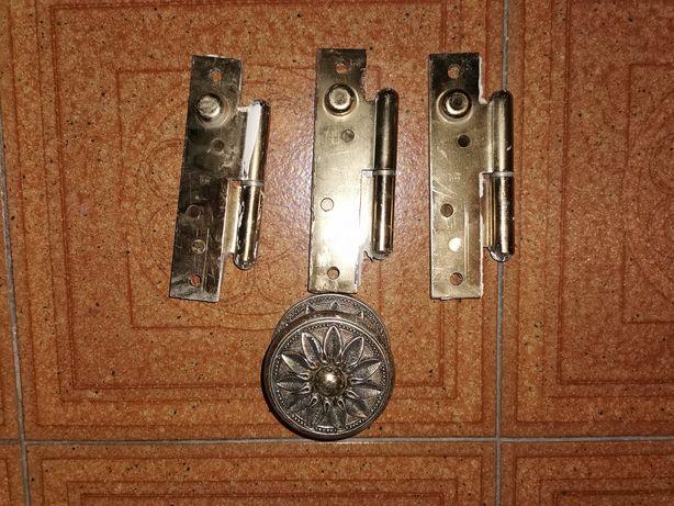 Dobradiças e Puxador de porta.