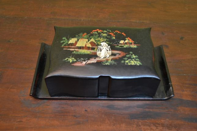 Caixa de cigarros, japonesa, em Papier Mache lacada; 21.5cm
