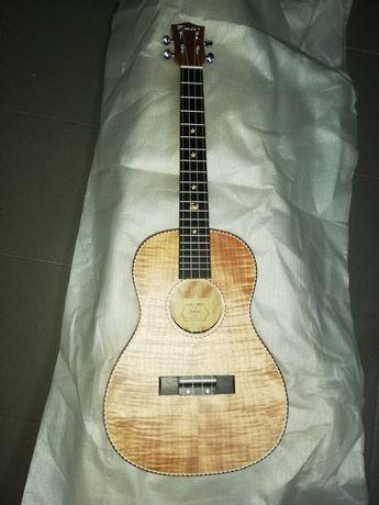 Ukulele baritono de madeira de koa