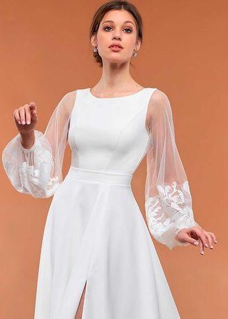 Белое воздушное свадебное платье с кружевными рукавами и разрезом