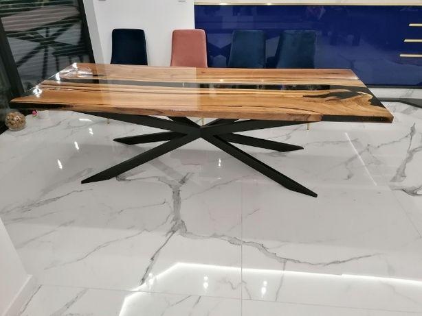 Stół zalany żywicą.