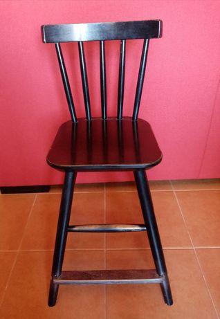 Cadeira de criança em madeira