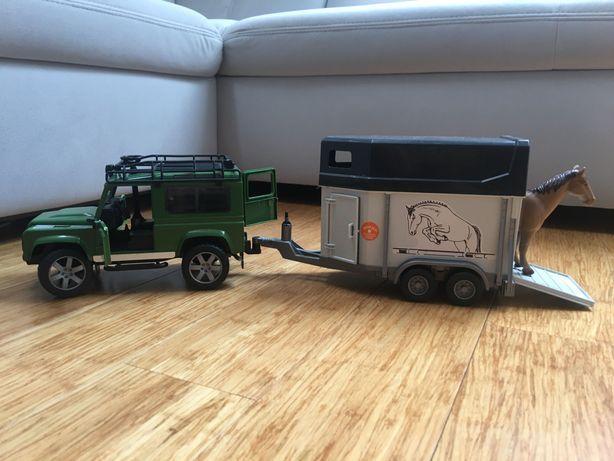 Bruder Land Rover Defender z przyczepą do przewozu koni