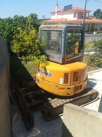 Vendo máquina escavadora com vários baldes