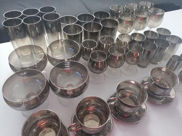 Piękne dymione szkło lustrzane odbicie kieliszki filizanki szklanki