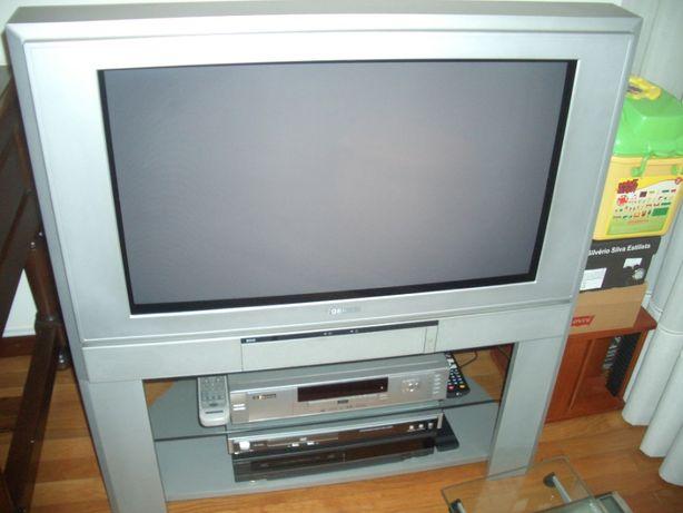 Televisão marca Toshiba com móvel cor cinza.