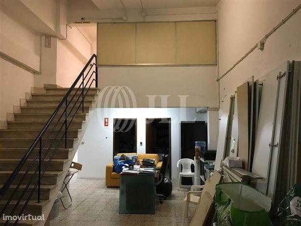 Armazém com garagem no Lumiar, em Lisboa