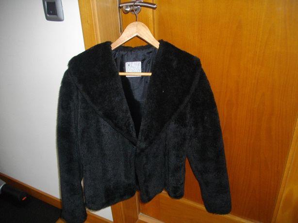 Casaco de pêlo preto.