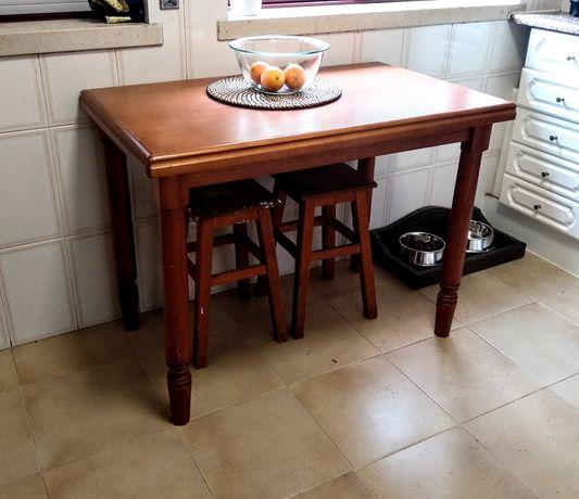 Mesa de cozinha em madeira e 2 bancos