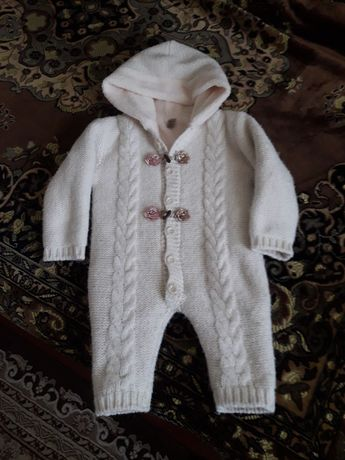 Комбинезон вязаный на девочку, очень тёплый на 6-12 месяцев.