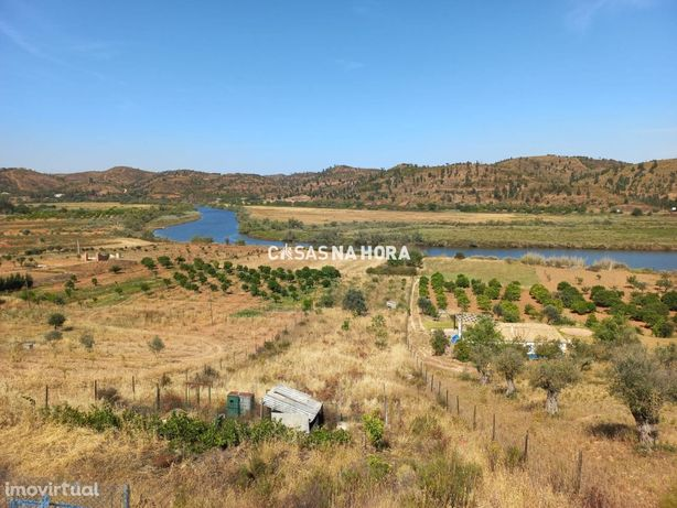 Moradias para restauro em terreno de 6040 m2 com vista panorâmica s...