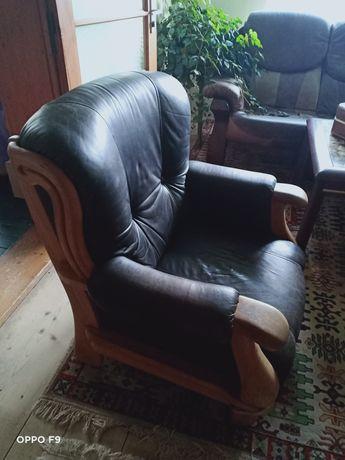 Кожаное кресло чёрное с массивным деревом