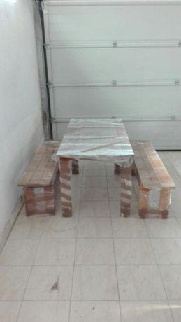 Mesa de madeira com 2 bancos corridos.