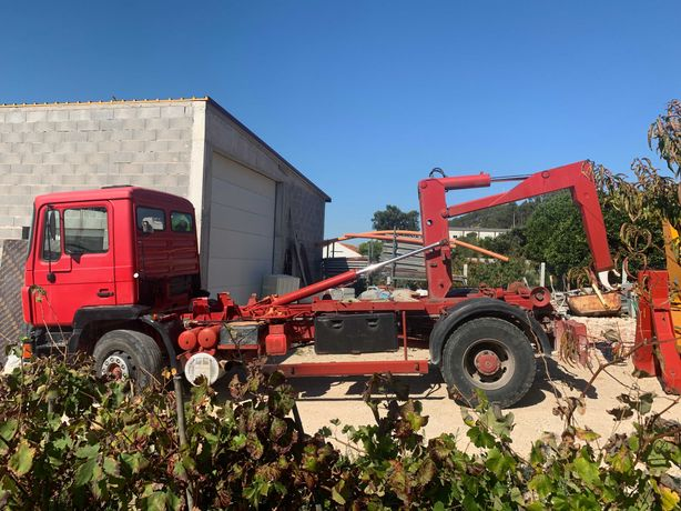Camião Man 19T, uma caixa com grua incluída e três caixas normais