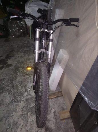 Bicicleta downhill CBF