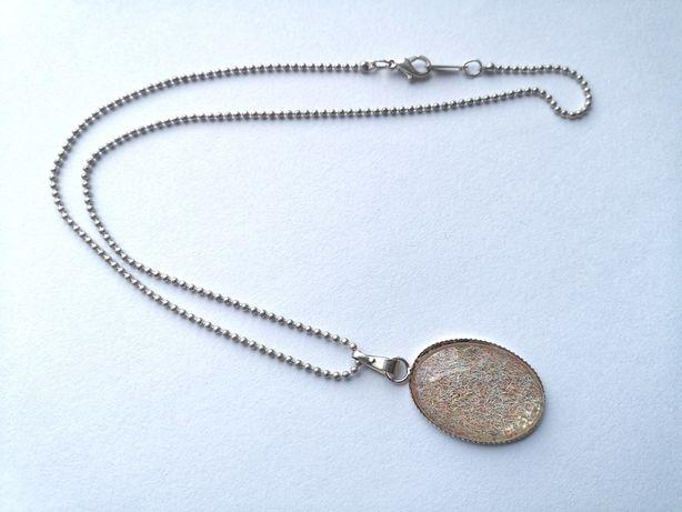 Łańcuszek z przywieszką z drobinkami okrągła śliczna biżuteria
