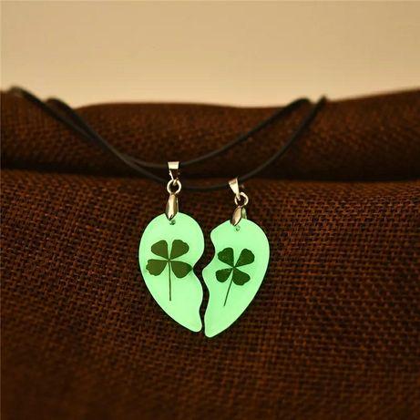 На шею две половинки сердца, подходит для подарка своей второй половин