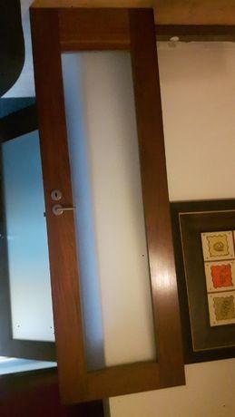 portas da sala em madeira exótica e vidro fumado