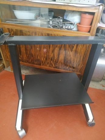 Металлический столик под телевизор