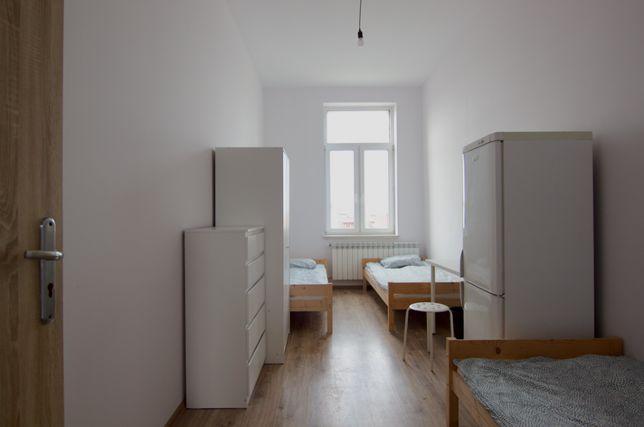 Odnowione pokoje 2-osobowe, dobry standard, z lodówką, centrum