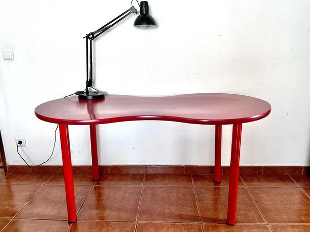 Mesa / secretária vermelha ondulada
