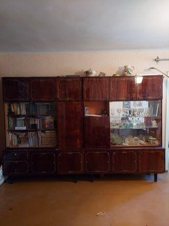 Два шкафа: книжный и сервант.