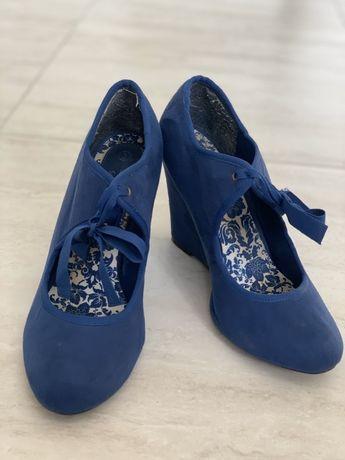 Туфли на танкетке шнурки