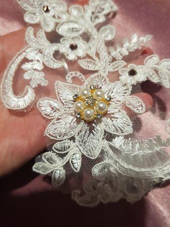 Biała podwiązka ślub perły złota