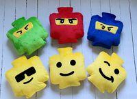 Lego buzia uśmiechnięta z tyłu napis