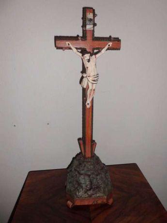 crucifixos de artesões desta região contam com mais de cem anos .