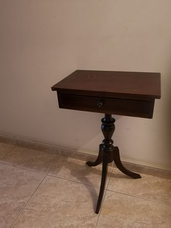 Mesa em madeira com gaveta
